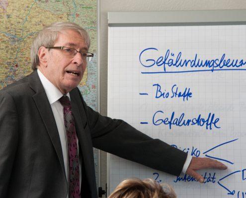 Herr Necker in der Unternehmerschulung